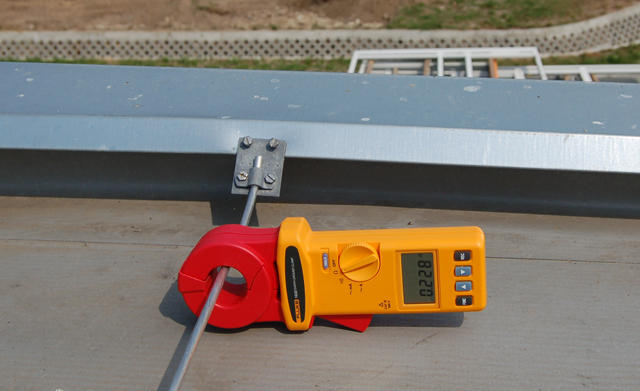 Folytonosság mérése az attika fémburkolatának egy bekötésénél, lakatfogóval. A mért érték nemcsak arra utal, hogy a fémlemez folytonos, hanem arra is, hogy másik helyen is be van kötve az LPS-be. Hasonló mérés végezhető vasbeton szerkezetek bekötési pontjain is.
